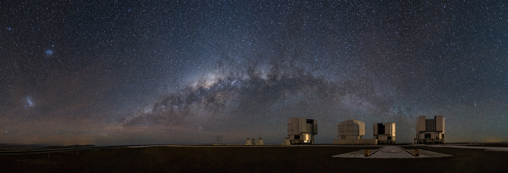 The Milky Way sets behind the VLT as the moon rises